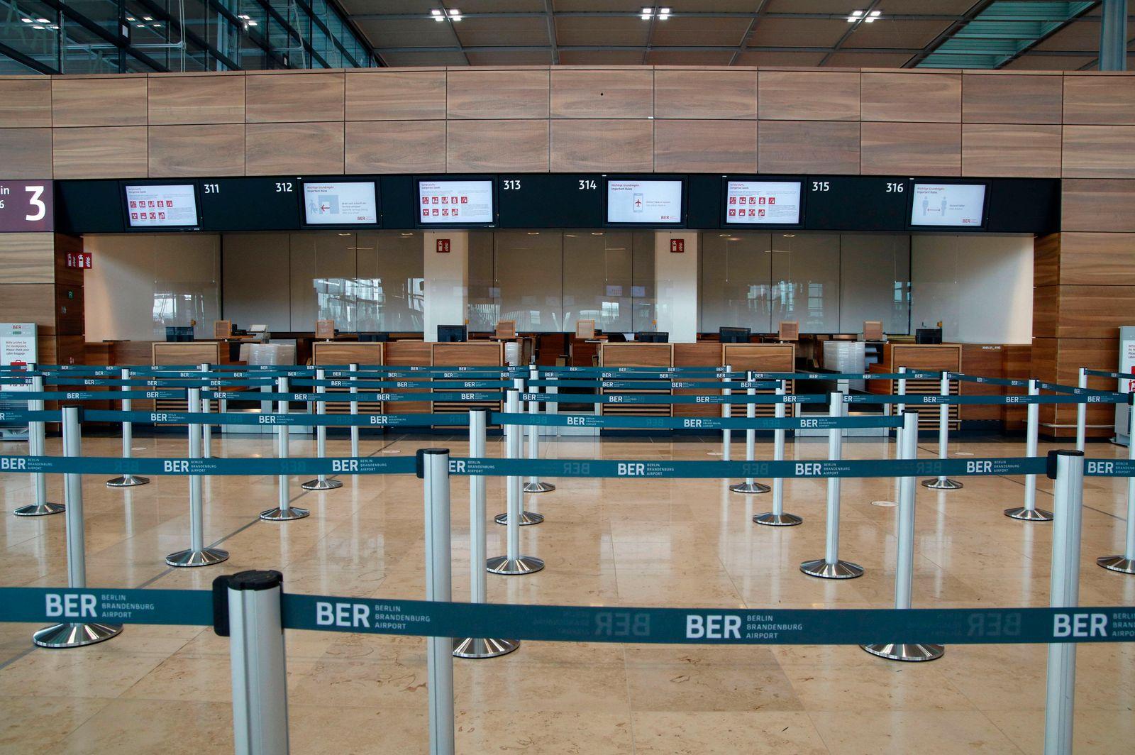 Check-in-Schalter - Der Flughafen Berlin-Brandenburg Willy Brandt ist 14 Tage nach seiner Eröffnung und dem Corona-Teil