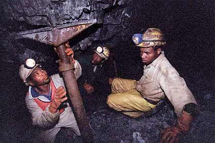 Schwer zu finden: Die Minengesellschaften müssen immer tiefer graben, um auf Gold zu stoßen