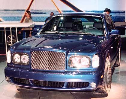 Liter-Luxus: Angetrieben wird der Bentley Arnage T von einem 6,75-Liter-V8-Motor, der sich - anders als beim Royce - nicht hinter Tempelsäulen, sondern hinter einem sportlichen Waffel-Piqué verbirgt