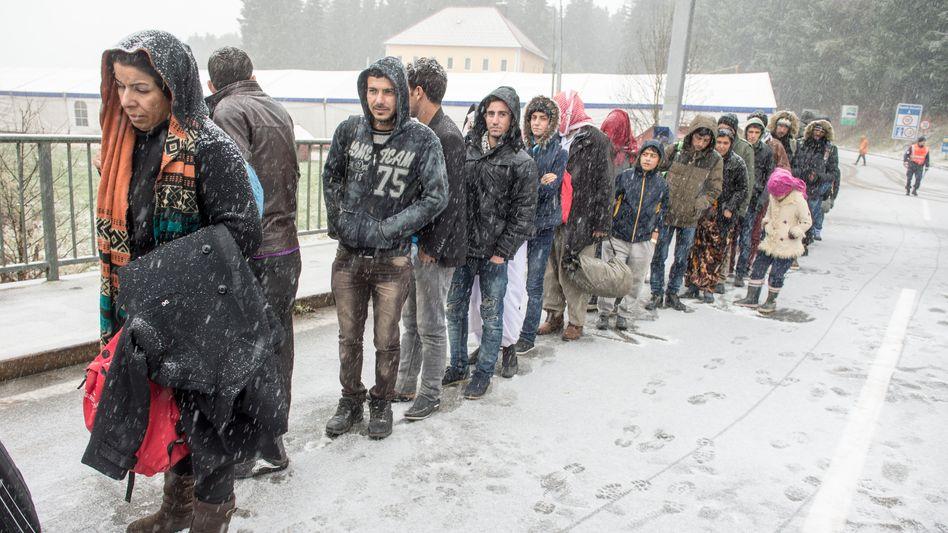 Flüchtlinge an der deutsch-österreichischen Grenze: Es ist nicht akzeptabel, sie ertrinken oder erfrieren zu lassen. Und es ist nicht akzeptabel, sie abzuschieben, wenn ihnen der Tod oder unglaubliches Elend droht
