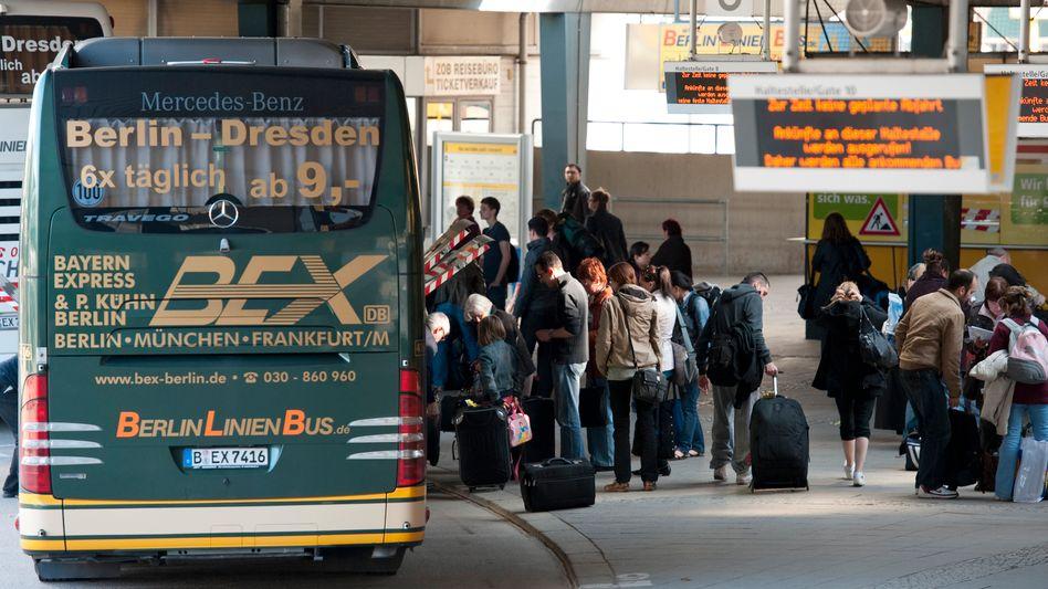 Reisende warten auf den Fernbus: Ab 2013 dürfen Busunternehmen deutschlandweit Fernverbindungen anbieten