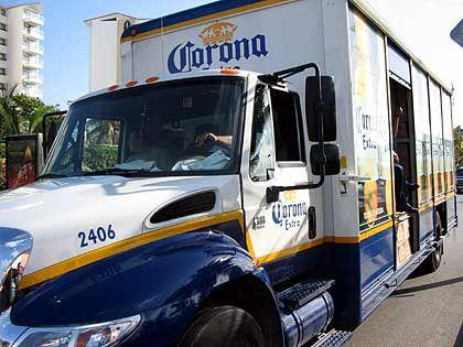 """Biertransport: Die Marke """"Corona"""" der Brauerei Modelo dominiert Mexikos Markt - mit dem Konkurrenten Femsa"""