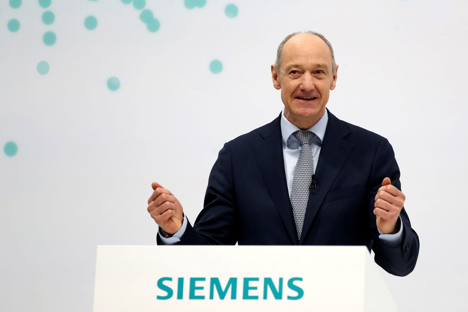 FILE PHOTO: Siemens fiscal Q1 results