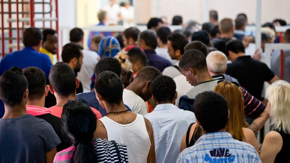 Lange Schlange: Die meisten Asylbewerber stehen dem Arbeitsmarkt noch lange nicht zur Verfügung
