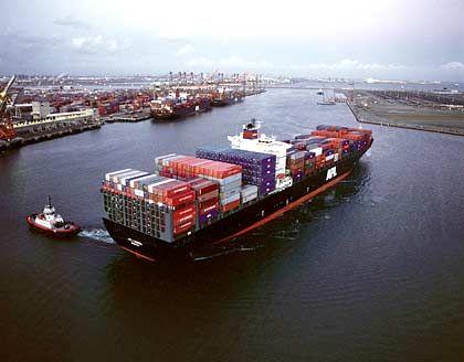 Symbol der Globalisierung: Containerschiff im Hamburger Hafen