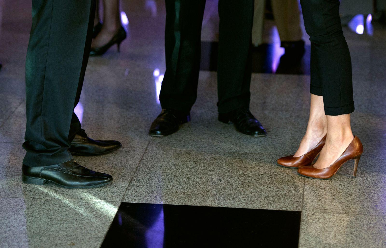 Füße von Männern und Frauen