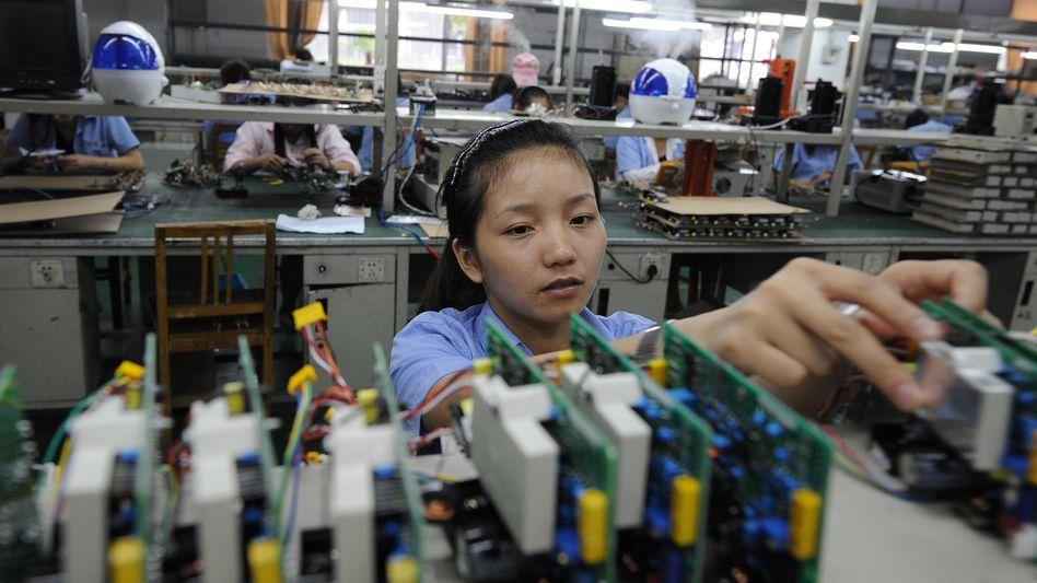 Arbeiterin in chinesischer Elektronikfabrik: Die Auslandsnachfrage geht zurück