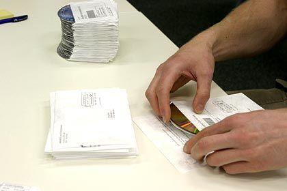 Handarbeit: Die Filme werden einzelnd in die jeweiligen Briefumschläge gesteckt.