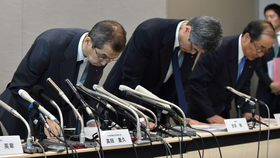 Tiefe Verneigung zur Insolvenz-Pressekonferenz: Takata-Chef Shigehisa Takada (l.) mit anderen Managern in Tokio am Montag. Haben Manager Tests bewusst manipuliert?