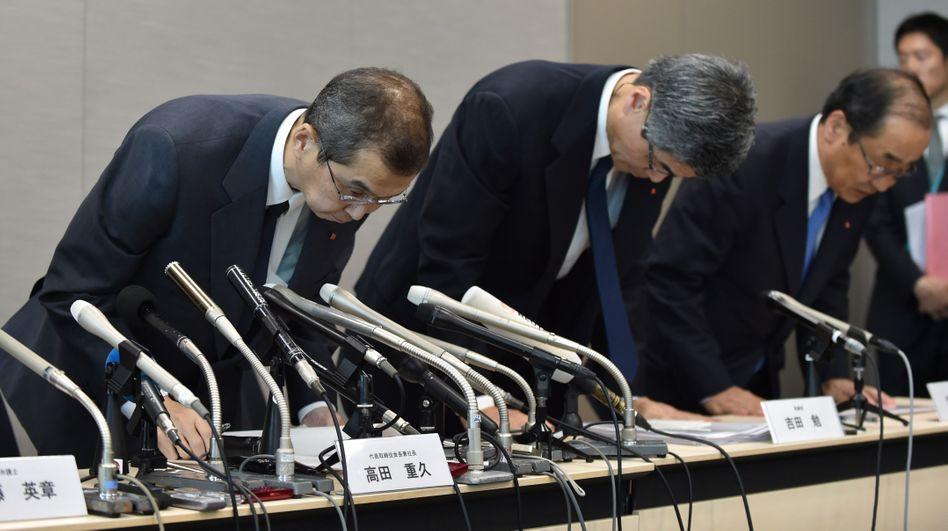 Geste der Entschuldigung: Takata-Manager verbeugen sich am 26. Juni 2017 während einer Pressekonferenz, in deren Verlauf das Unternehmen seine Insolvenz bekannt gibt