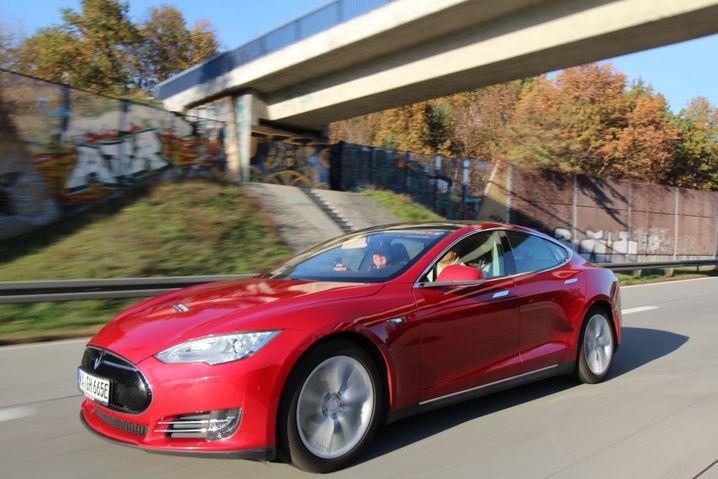 Team Tesla Model S (ohne Aufladen): Fahrer Hansjörg von Gemmingen spart zunächst im Windschatten von Lastwagen Energie