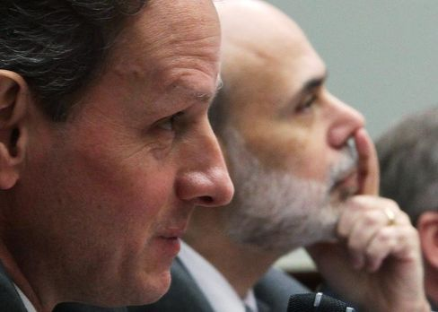 Mischen am Markt für Staatsanleihen mit: Fed-Chef Ben Bernanke (r.) und US-Finanzminister Timothy Geithner