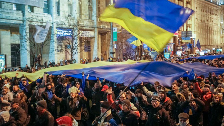 Ukraine: in der Hauptstadt Kiew versammelten sich 100.000 Menschen zum Protest gegen die Absage der ukrainischen Regierung, das Assoziierungsabkommen mit der EU zu unterschreiben