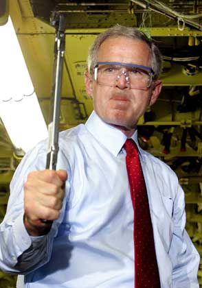 George W. Bush (beim Boeing-Werksbesuch): Eher eine Politik der Stärke