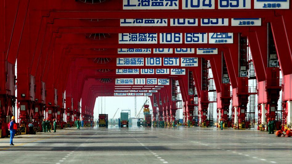 Container-Hafen Shanghai: China kam früher als andere Ökonomien aus dem Corona-Tal und versorgt während der Pandemie die Welt mit vielen gefragten Artikeln