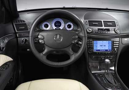 Gewohnte Umgebung: E-Klasse-Fahrer dürften auch im überarbeiteten Auto auf Anhieb zurecht kommen. Lediglich das Lenkrad wurde neu gestaltet