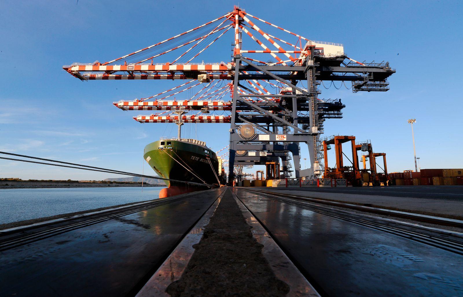 Conainerschiff in Gioia Tauro / größter Containerhafen Italiens