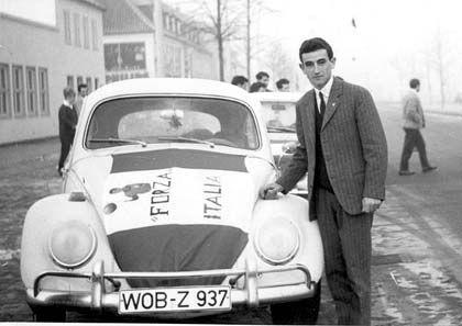 Glücklicher Käfer-Käufer: 1966 steht A. Costantino vor seinem neuen Wagen auf dem Werksgelände in Wolfsburg