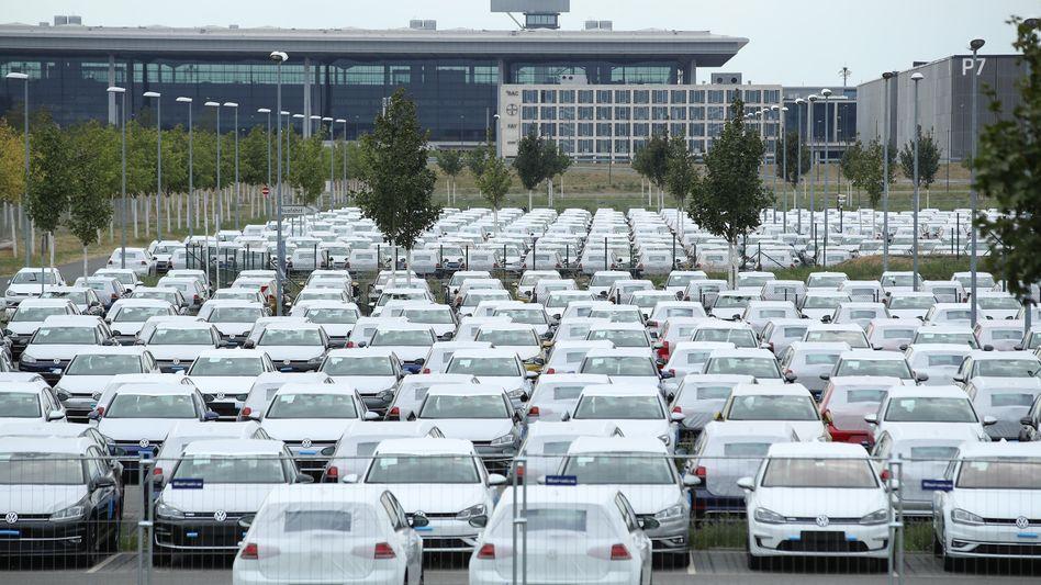 Wegen WLTP-Wartezeiten am Flughafen BER abgestellte Volkswagen