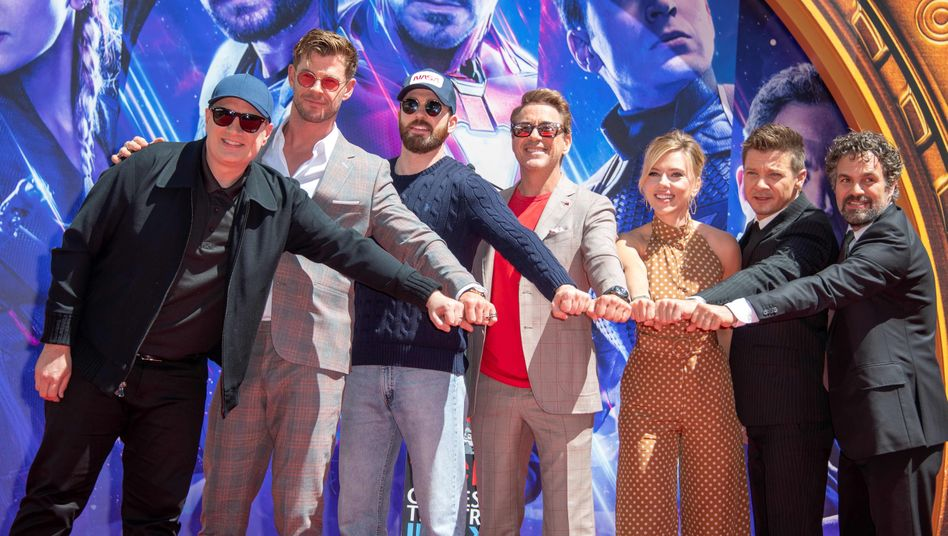 Marvel-Studios-Chef Kevin Feige (links) mit den Avengers-Stars (von links) Chris Hemsworth, Chris Evans, Robert Downey Jr., Scarlett Johansson, Jeremy Renner und Mark Ruffalo