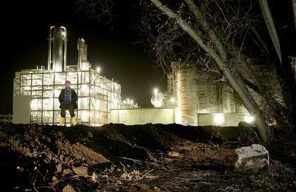 Sprit aus Korn: Lutz Guderjahn leitet die neue Bio-Ethanolanlage in Zeitz (Sachsen-Anhalt). Gemahlener Weizen wird vergoren, der daraus gewonnene Alkohol zu Treibstoff für Ottomotoren konzentriert. Die getrockneten Rückstände sind Proteinfutter für Rinder.