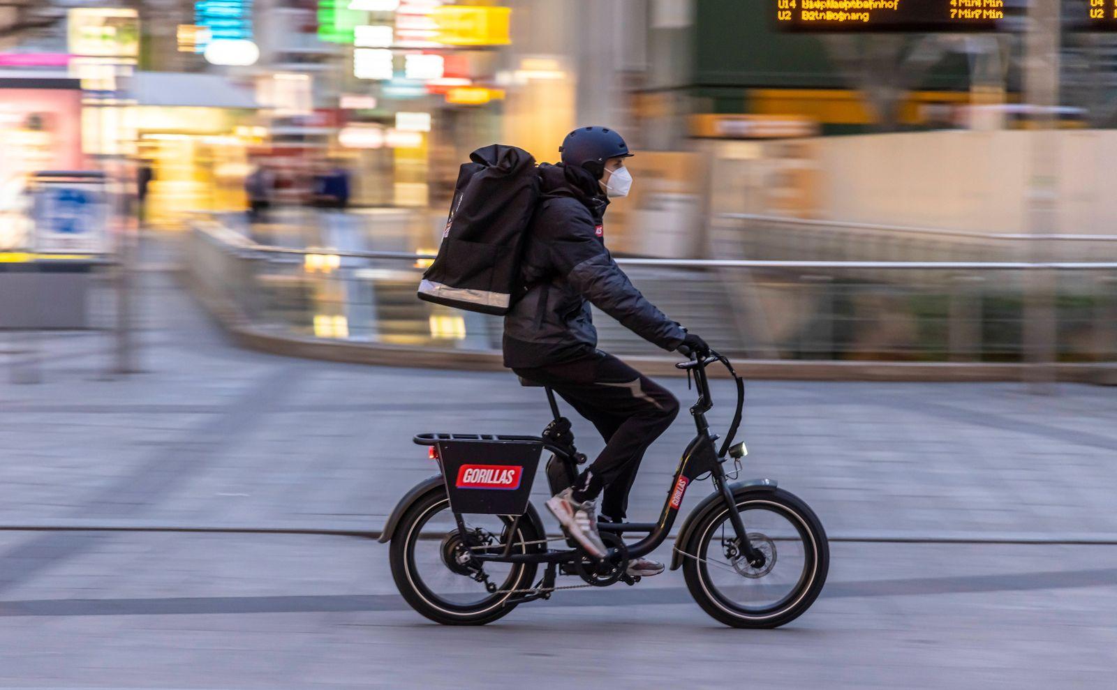 Fahrradkurier des Lieferdienstes Gorillas. Der Lieferservice Gorillas will Angeboten wie Amazons Prime Now Konkurrenz ma
