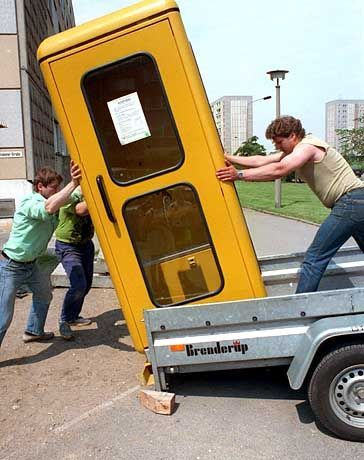 """Ausgedient: Im Zeitalter des Handys ist das Quaseln in der Zelle nicht mehr """"in""""."""