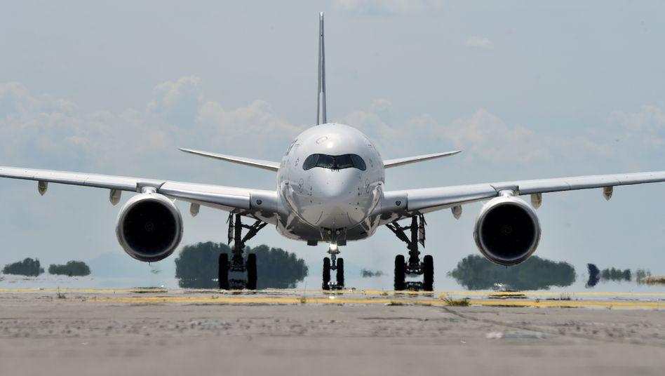 Als Reaktion auf die Absatzkrise wird Airbus die Produktion seiner Erfolgsreihe A350 weiter drosseln und künftig nur noch fünf der Jets pro Monat bauen.