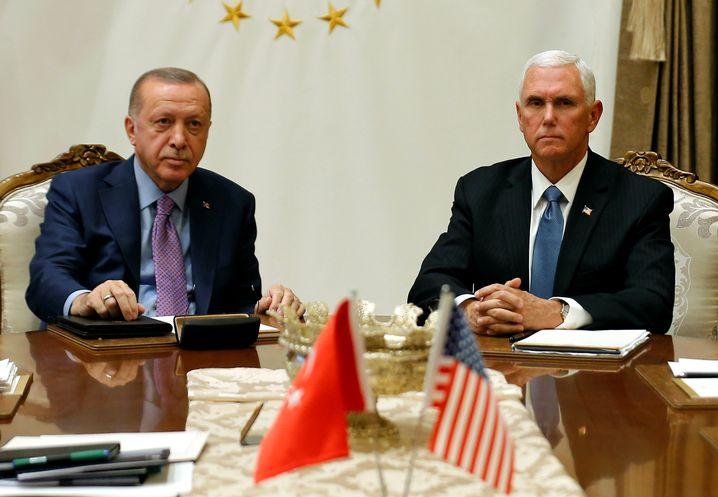 Vor allen Forderungen eingeknickt: Mike Pence (rechts) und Erdogan