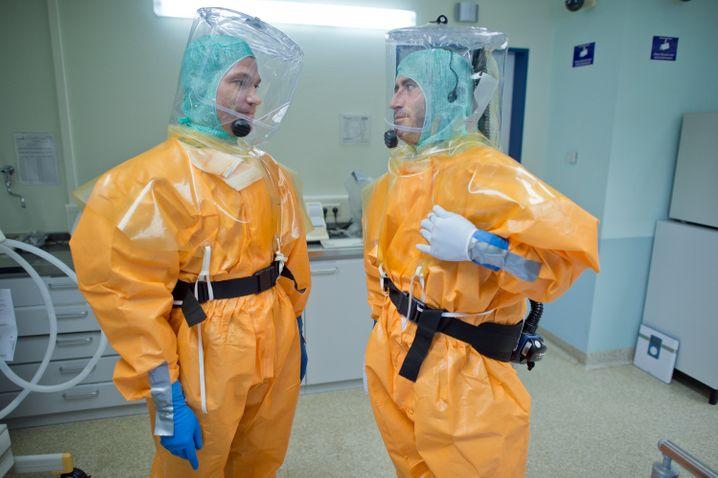 Erkältet? Es muss ja nicht gleich ein Antikontaminationsanzug sein. Aber ein bisschen Rücksicht können Sie schon nehmen auf Ihre Kollegen.