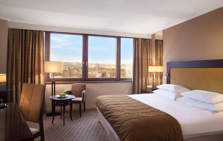 """Schlafen mit Blick auf die Goldene Stadt: Das """"Hotel Corinthia"""" liegt auf einem der Prager Hügel."""