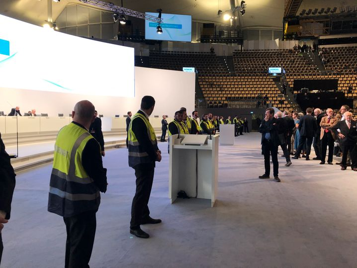 Sicherheitskräfte vor der Bühne der Siemens-Hauptversammlung