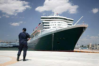 Queen Mary 2 im Hafen von Piräus: Hotelschiff für die Superreichen