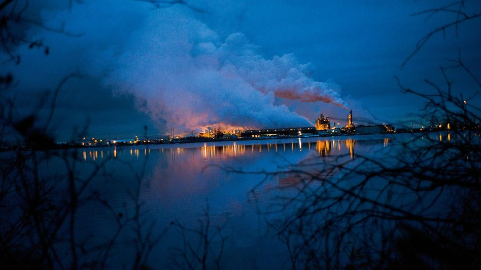 """Schmutziger Himmel:In einer """"Upgrader"""" genannten Aufbereitungsanlage im Ölsandgebiet wandelt der Energiekonzern Syncrude Bitumen in synthetisches Rohöl um."""