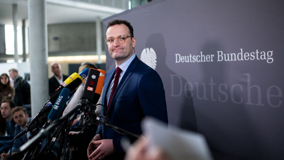 Tut so, als sei fast nichts - und könnte sich dabei gehörig irren: Jens Spahn (CDU), Bundesgesundheitsminister mit Ambitionen. Zur Zeit der Lehman-Krise war er 28 Jahre alt, aber bereits zum zweiten Mal direkt gewählter Abgeordneter für den Bundestag.