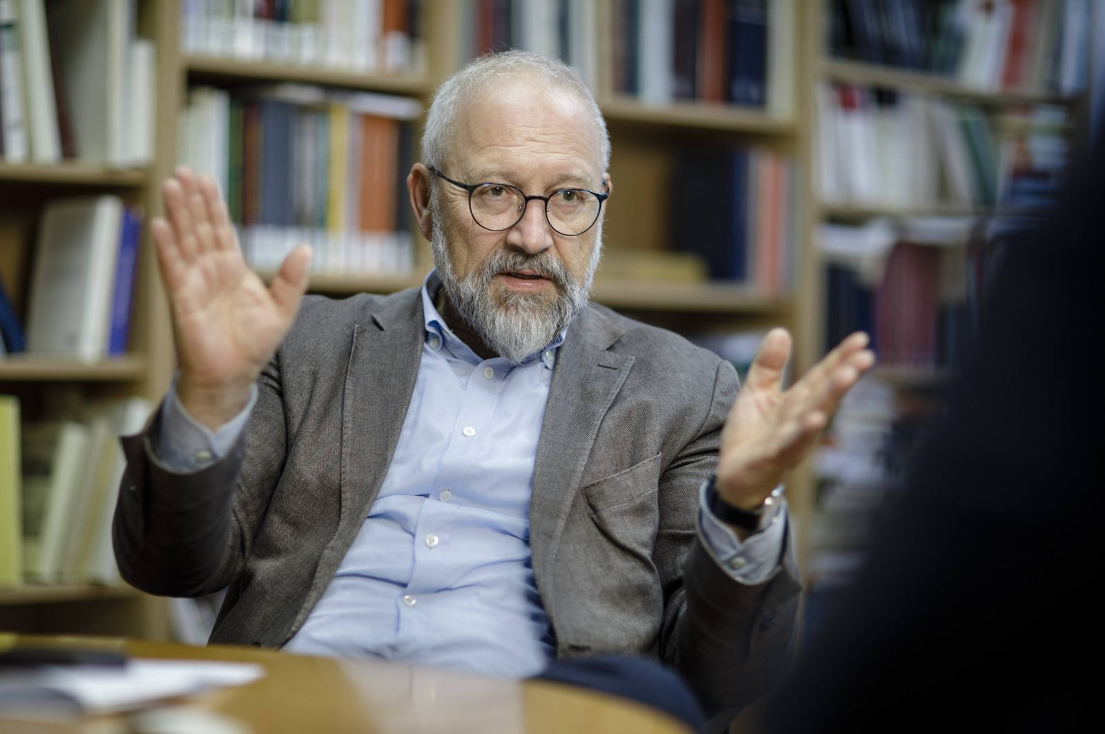 Herfried Muenkler deutscher Politikwissenschaftler gestikuliert waehrend eines Interviews Berlin