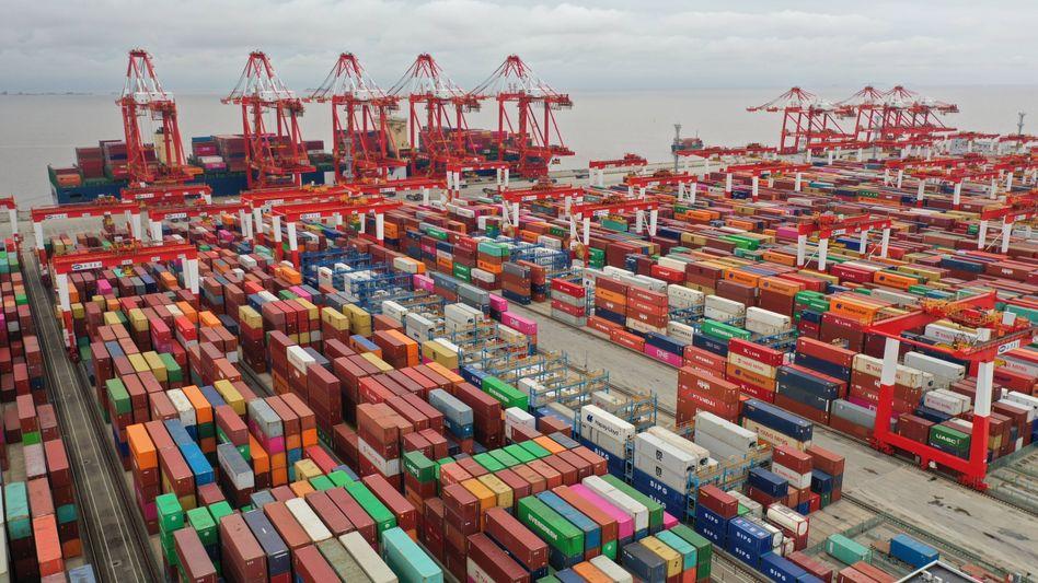 Pandemie schon lange überwunden: Im Tiefwasserhafen von Yangshan stapeln sich die Container