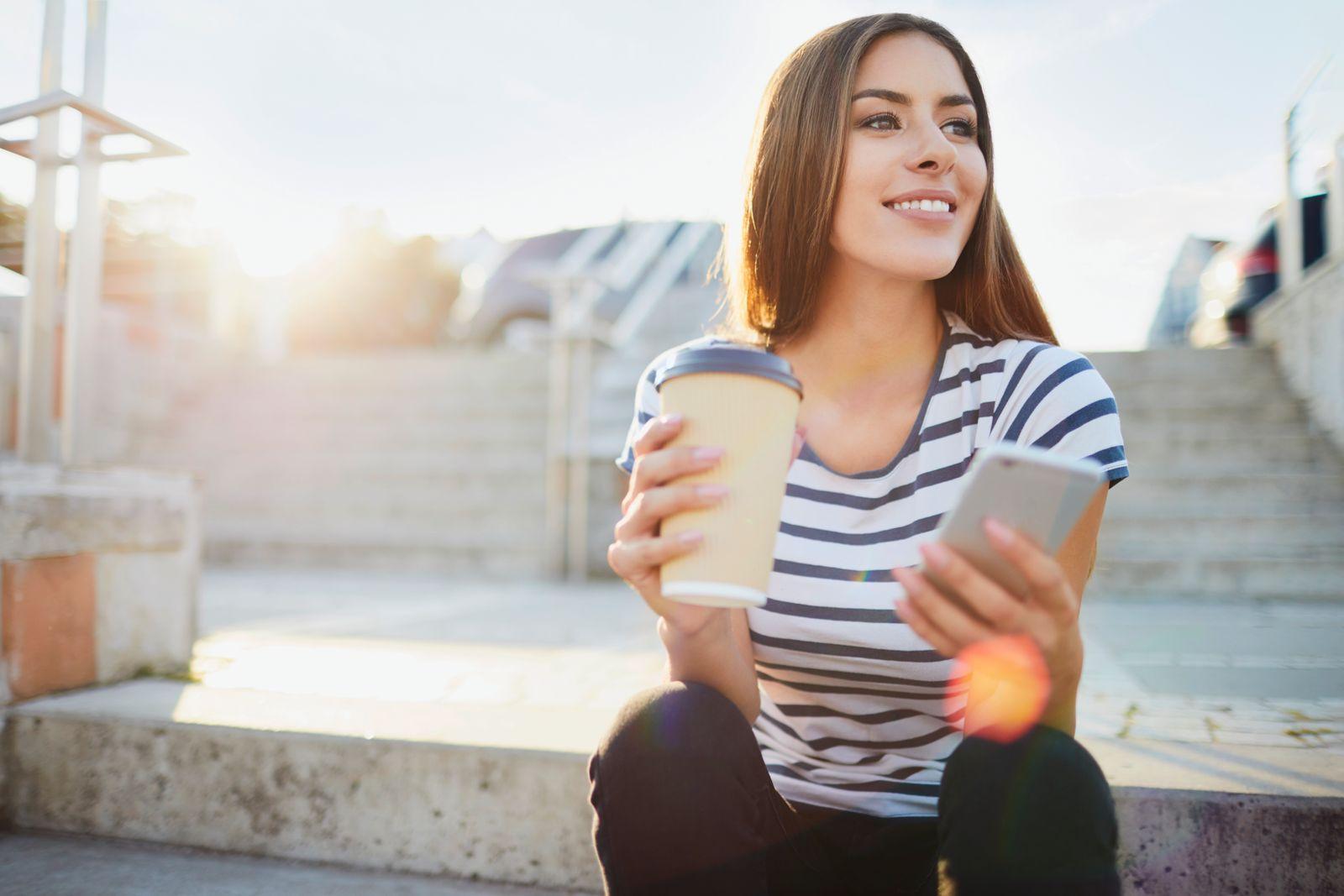 EINMALIGE VERWENDUNG Kaffee to go / junge Frau