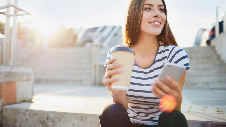 Junge Frau mit Kaffeebecher: Die Trinkgewohnheiten junger Leute haben sich geändert - und die Konzerne passen sich an