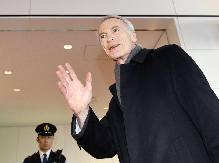 Auf schwieriger Mission: Jean-Dominique Senard, neuer Renault-Präsident, bei seiner Ankunft auf dem Tokioter Flughafen am Donnerstag. Es soll die Allianz mit Nissan festigen und womöglich auch in neue Bahnen lenken. Es wird erwartet, dass er am 8. April bei einer außerordentlichen Aktionärsversammlung in den Vorstand von Nissan berufen wird.