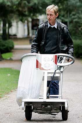 Parkpflege für einen Euro die Stunde - im Zuge von Hartz IV können die Arbeitsagenturen Langzeitsarbeitslose dazu verpflichten. Damit verschwinden sie aus der Arbeitslosenstatistik