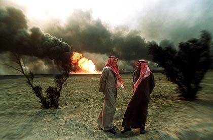 Potenzielles Terrorziel: Das Archivbild von 1991 zeigt brennende Ölquellen auf dem Al Ahmadi-Ölfeld in der kuwaitischen Wüste.