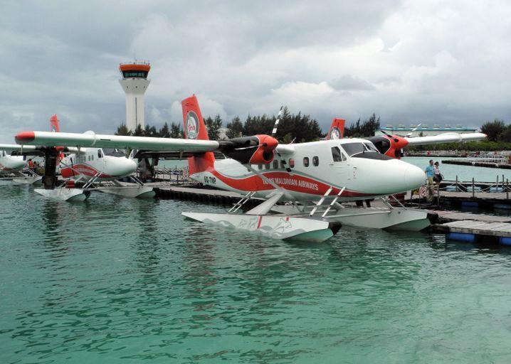Ungewöhnliche Anreise: Am Flughafen von Male stehen im Regen Wasserflugzeuge für die Urlauber bereit.
