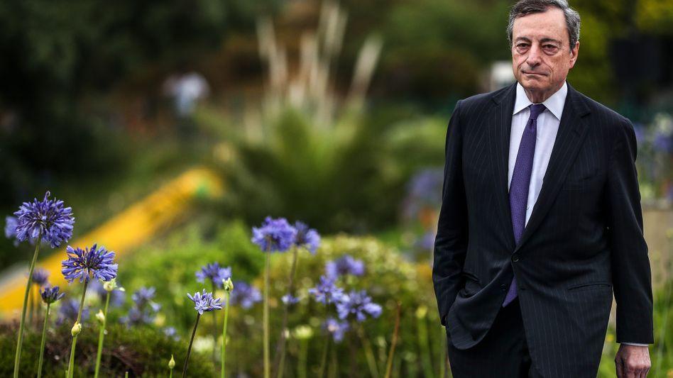 """Mario Draghi: Der umstrittene EZB-Chef übergibt nach acht Jahren Amtszeit an Christine Lagarde. Draghi sprach seine wichtigsten Sätze als EZB-Chef am 26. Juli 2012 in London: """"Die EZB ist bereit, im Rahmen ihres Mandats alles zu tun, was nötig ist, um den Euro zu retten. Und glauben Sie mir: Es wird genug sein."""""""