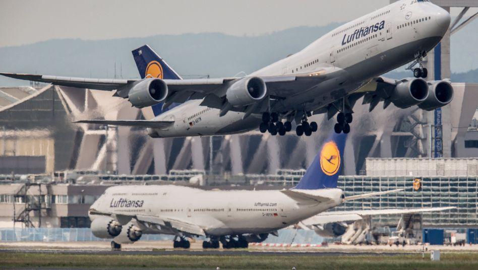 Lufthansa-Jet am Frankfurter Flughafen: Umsatz und Gewinn legten im wichtigen Sommerquartal zu