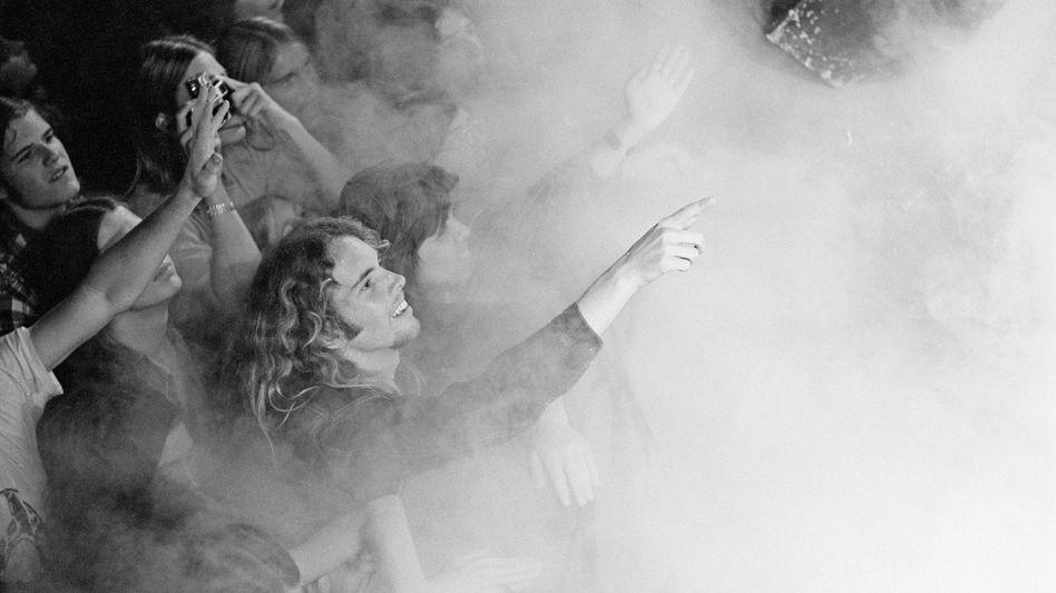 """Völlig benebelt:Die Amerika-Tour der Rockband Deep Purple ist 1974 ein voller Erfolg. Highlight auf den Konzerten: der Song """"Smoke on the Water"""" - effektvoll unterstützt durch Trockeneis."""