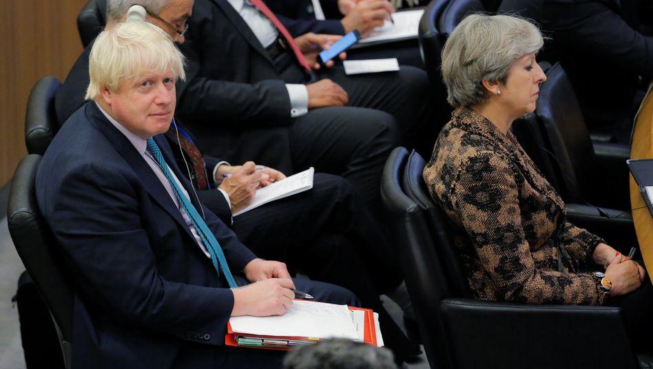 Uneins über Brexit-Kurs: Großbritanniens Premierministerin May (r.) und der zurückgetretene Außenminister Johnson.