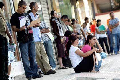 Warten auf Arbeit: Vor allem Männer, junge Menschen, Geringqualifizierte und Beschäftigte mit befristeten Arbeitsverträgen tragen laut EU die Hauptlast der Krise