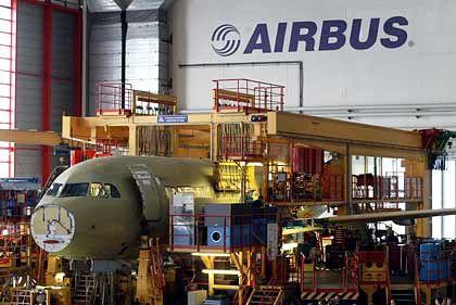 Eingepasst: Airbus-Flugzeug vor dem Weitertransport in Hamburg-Finkenwerder