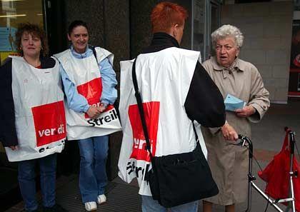 Kundschaft vor verschlossener Tür: Verdi-Streikposten in Hamburg